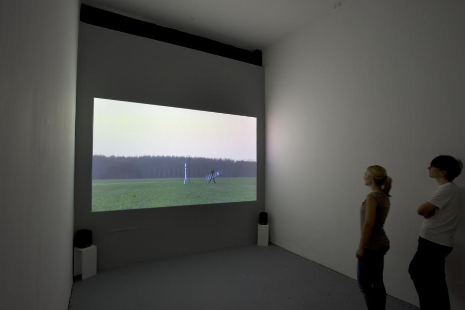 Installationsansicht, Nummer zeven: The clouds are more beautiful from above, 2006, 8 min., Foto: Cem Yücetas