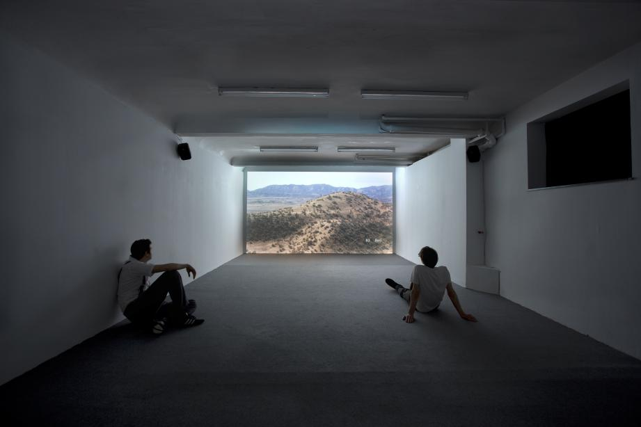 Installationsansicht, Nummer twaalf: Variations on a theme: The King´s Gambit accepted, the number of stars in the sky and why a piano cannot be tuned or waiting for an earthquake, 2009, 40 min., Foto: Cem Yücetas